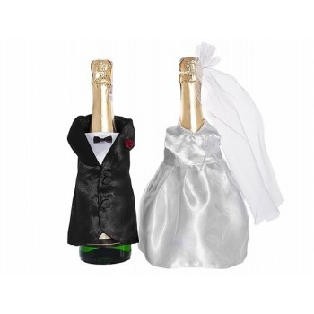 Une robe et un costume pour bouteille à champagne
