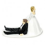 La mariée blonde qui tire le marié