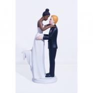 Un couple mariée mate et marié blond
