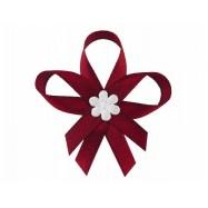 Boutonnière en satin avec une fleur bordeaux
