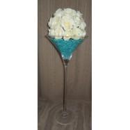 Vase martini avec des perles et une demi boule de roses blanches pierre turquoise