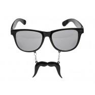Lunette et fine moustache