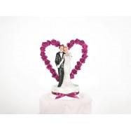 Un couple de mariés avec un coeur en fleurs fuchsia